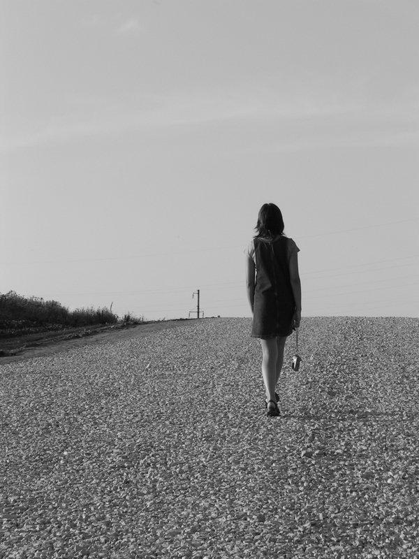 фото уходящая девушка в даль