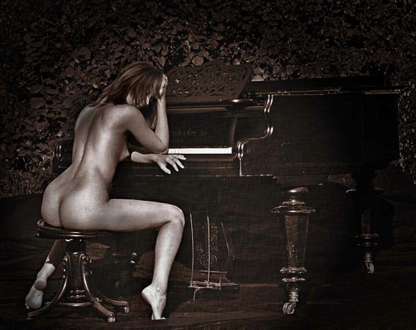 фото голые раздевается у рояля